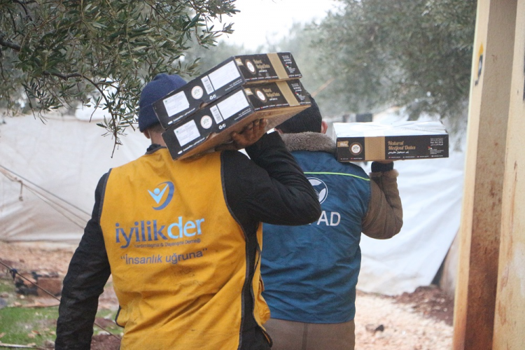 İyilik Derneği İdlib'de Bulunan Kamplarda Hurma İkramı Gerçekleştirdi
