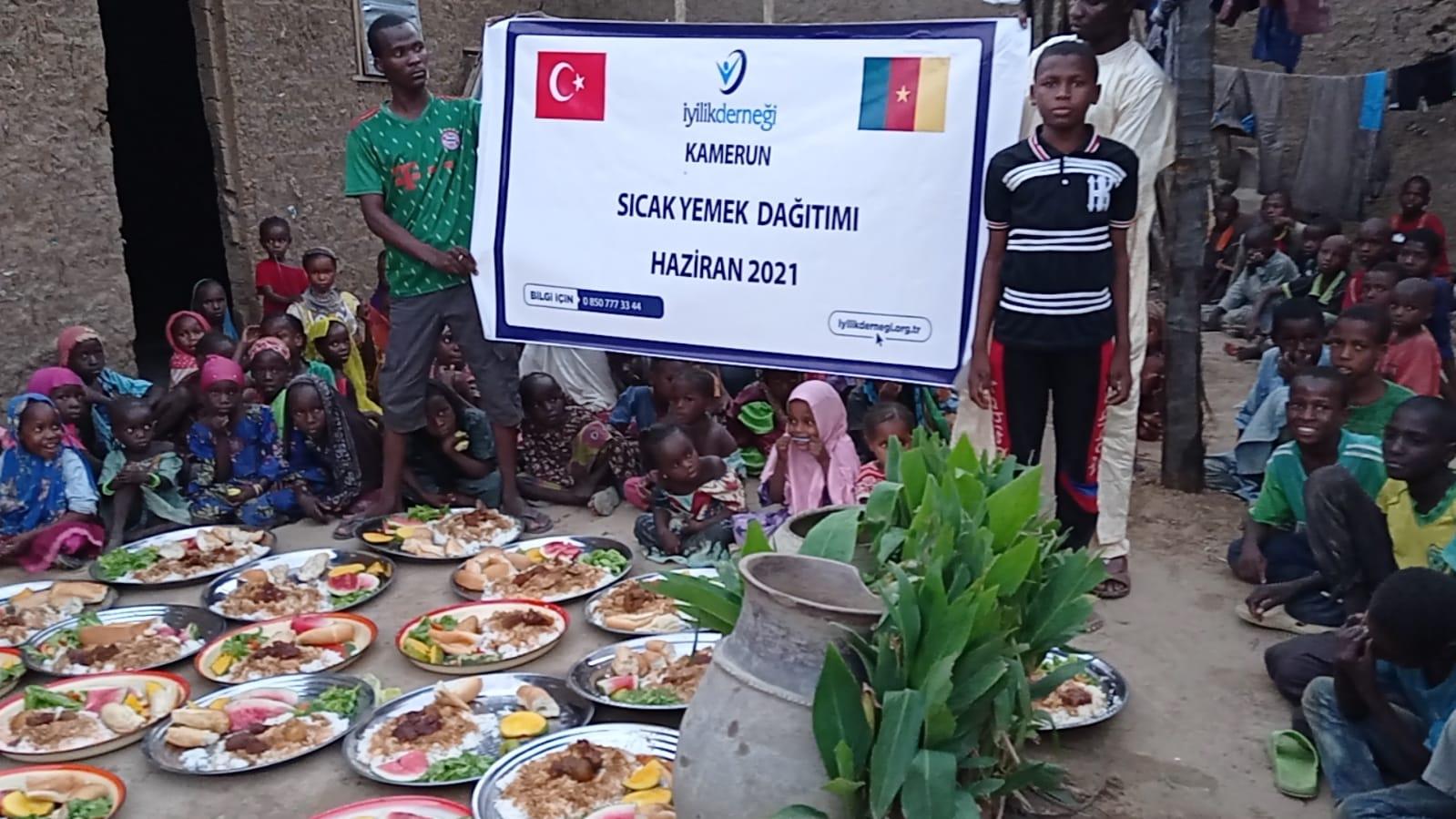 Kamerun'da Sıcak Yemek Dağıtımı Yapıldı